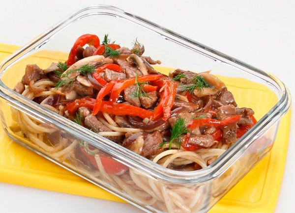 Espaguetis con ternera, verduras y setas