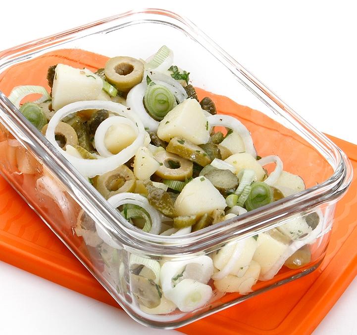 Ensalada de patata, pepinillos, cebolletas y aceitunas