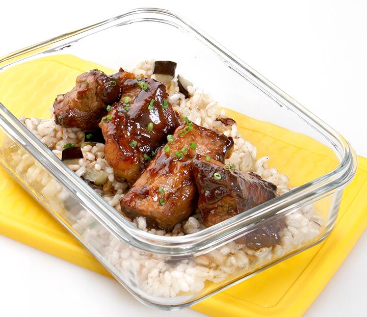 Costillas de cerdo con salsa barbacoa y arroz de berenjenas