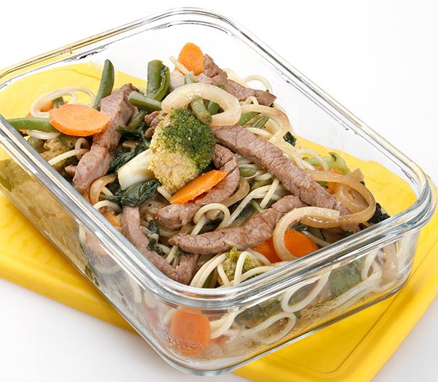 Tiras de buey con verduras y pasta