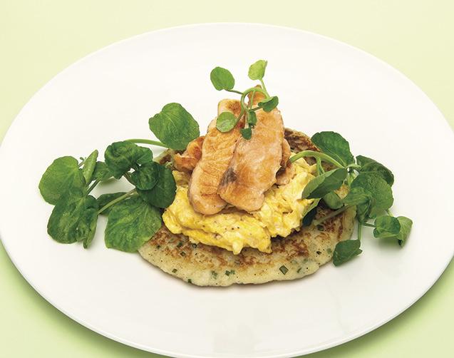 Tortitas de patata con huevos revueltos y salmón