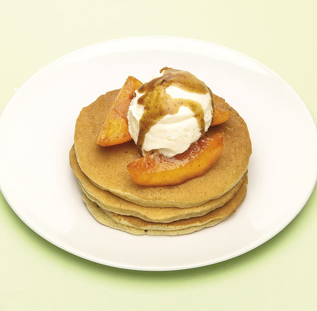 Tortitas con nísperos flambeados y helado de nata