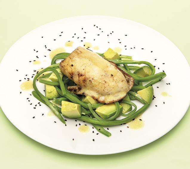 Sepia a la plancha con ensalada de judías verdes y aguacate