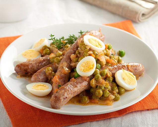 Salchichas con guisantes y huevos de codorniz