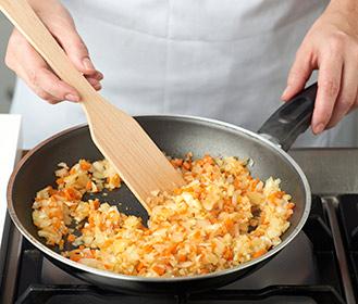 receta paso a paso salchichas con guisantes y huevos de codorniz