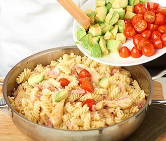 receta paso a paso espirales con tomatitos pollo y aguacate