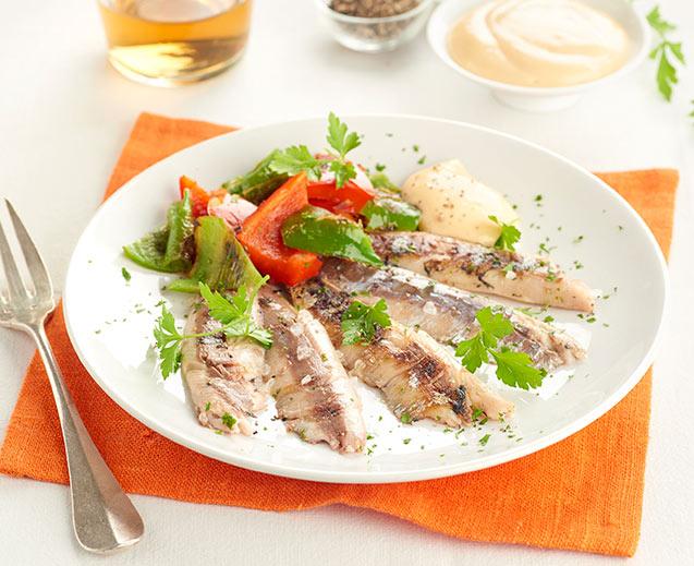 Sardinas asadas con alioli y pimientos