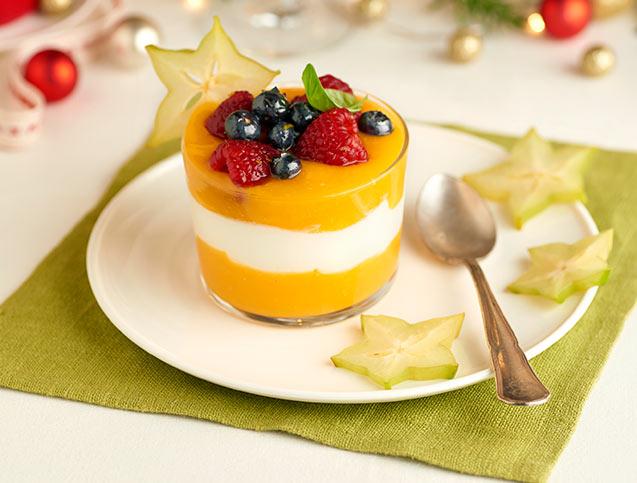 Postre de mango, crema de yogur y frutos rojos