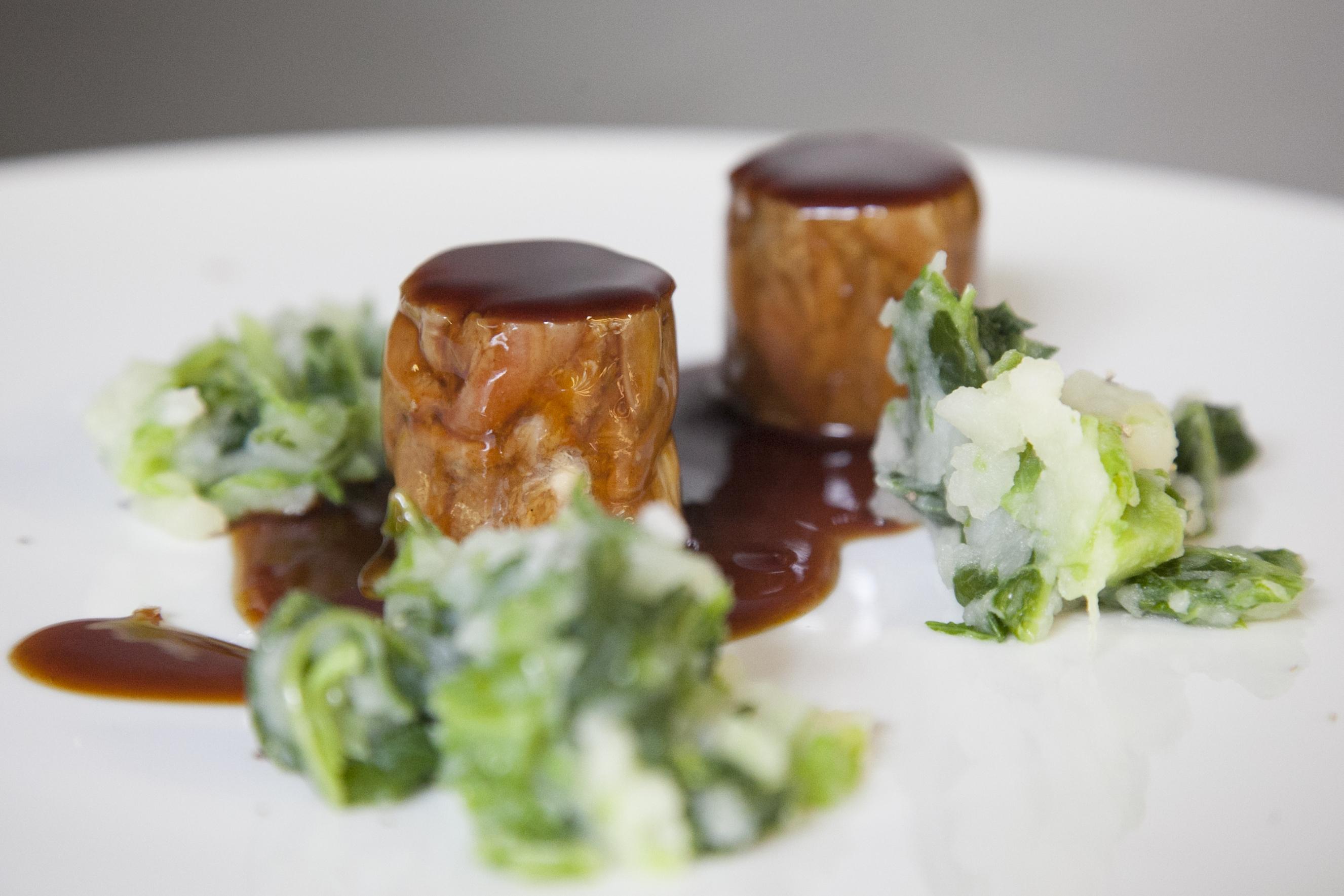 Rabo de buey con butifarra, patata y col