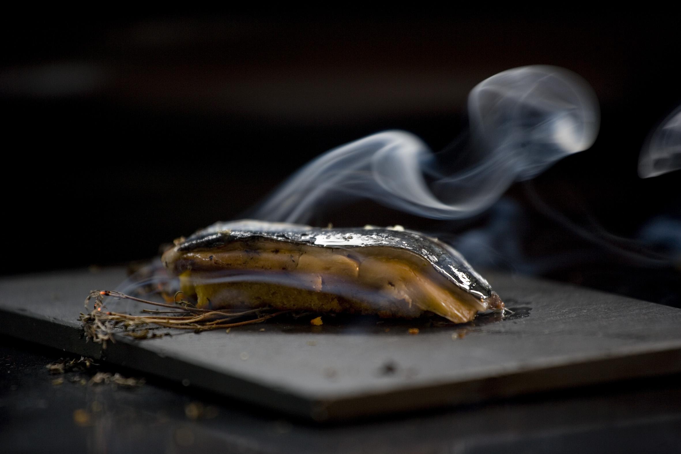 Brioche de sardina con su piel y foie asado con hierbas