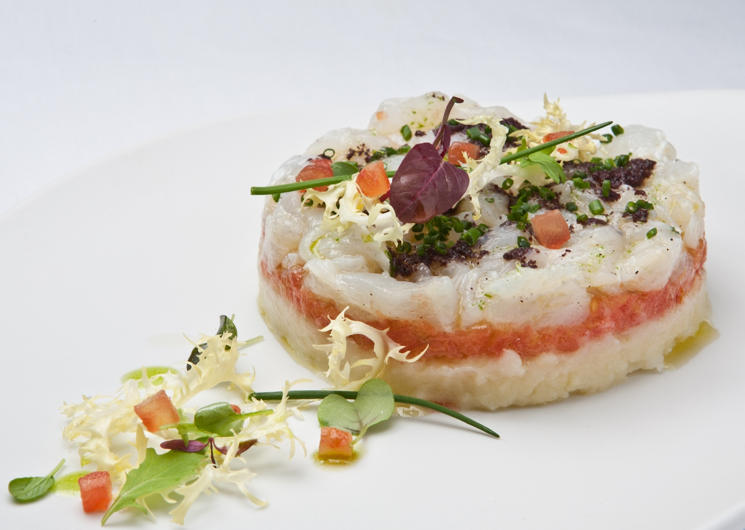 Pastel de esqueixada de bacalao con patata, tomate dulce y olivada