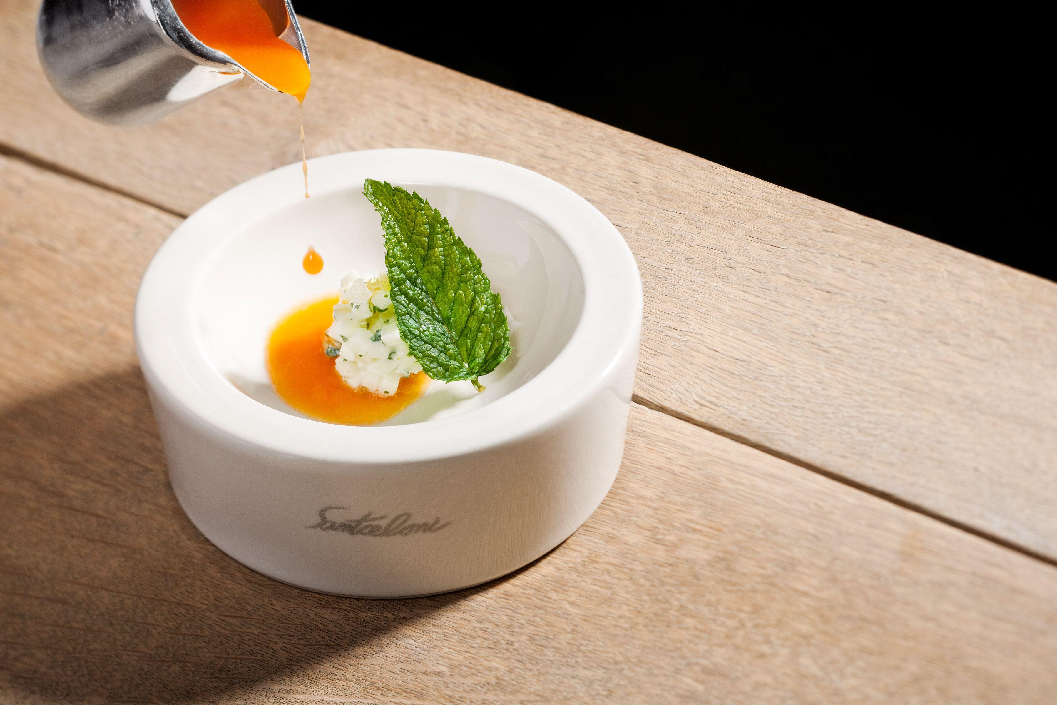 Sopa de zanahoria y cítricos, manzana, yogur y aceite de oliva