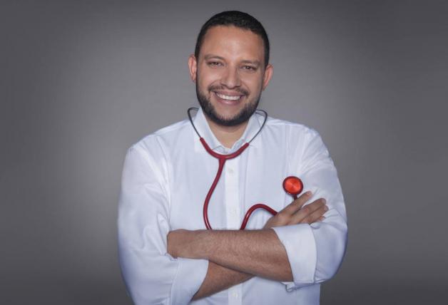 Julio Armas doctor de Un Doctor Viene a Casa