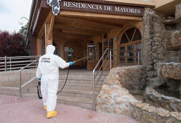 ejercito desinfecta residencia