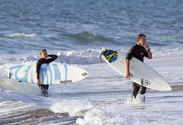 Elsa Pataky Chris Hemsworth haciendo surf